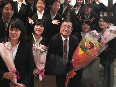 卒業女子4人と中村先生のお別れ